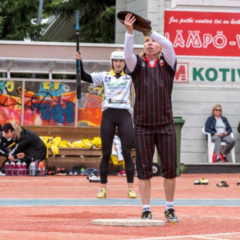 Syöttölautasen ääressä Johanna Vikman, joka oli ottelun ykköspalkittu